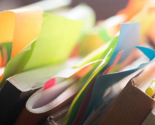 Notizbücher mit bunten Zetteln